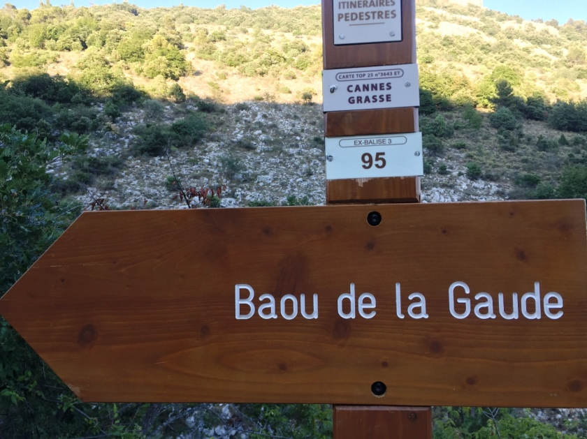 directional sign for walkers saying Baou de la Gaude
